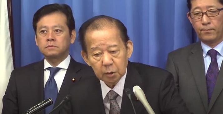 記者団の質問に答える自由民主党二階俊博幹事長