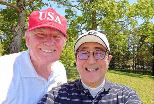 安倍首相とトランプ大統領 ゴルフ場でのツーショット